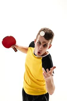 우승자. 흰 벽에 고립 된 전문 탁구 선수의 재미있는 감정. 게임, 인간의 감정, 표정 및 스포츠 컨셉에 대한 열정에 대한 흥분.