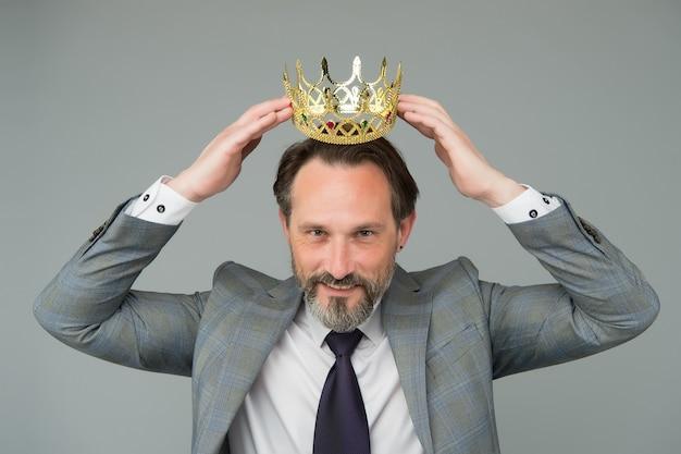 Победитель красивый мужчина актер художник ученый с короной, уважительное понятие человека.