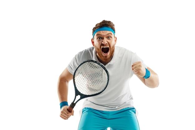 勝者。非常に緊張したゲーム。白いスタジオの背景に分離されたプロのテニスプレーヤーの面白い感情。ゲームの興奮、人間の感情、顔の表情、スポーツコンセプトへの情熱。