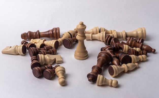 倒れた敗者と散らばった敗者の間でチェスの勝者。サバイバーのコンセプト