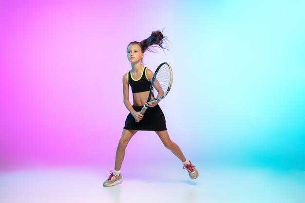 Vincitore. piccola ragazza di tennis in abbigliamento sportivo nero