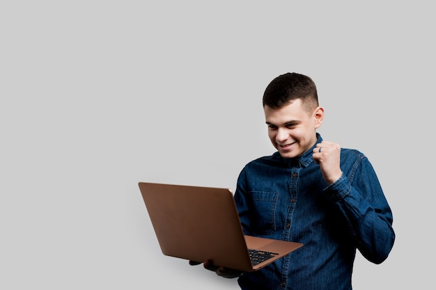 Выигрышная ставка в онлайн-казино. счастливый человек с ноутбуком выигрывает приз. роскошный образ жизни.