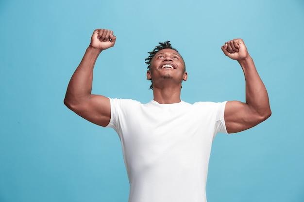 勝者であることを祝って幸せな成功アフリカ系アメリカ人の男。男性モデルの動的なエネルギー画像