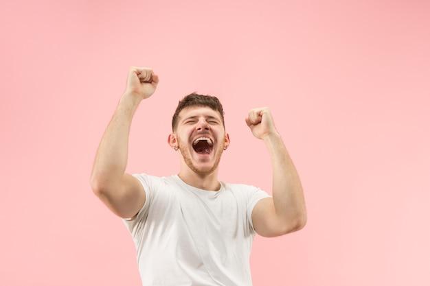 Победивший успех человек счастлив, восторженно празднуя, будучи победителем. динамичный энергичный образ мужской модели