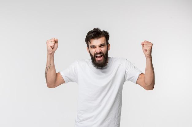 Vincere successo uomo felice estatico celebrando essere un vincitore.