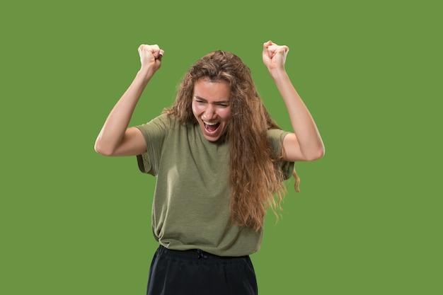 勝者であることを祝う成功した女性の幸せな恍惚とした勝利。女性モデルのダイナミックでエネルギッシュなイメージ