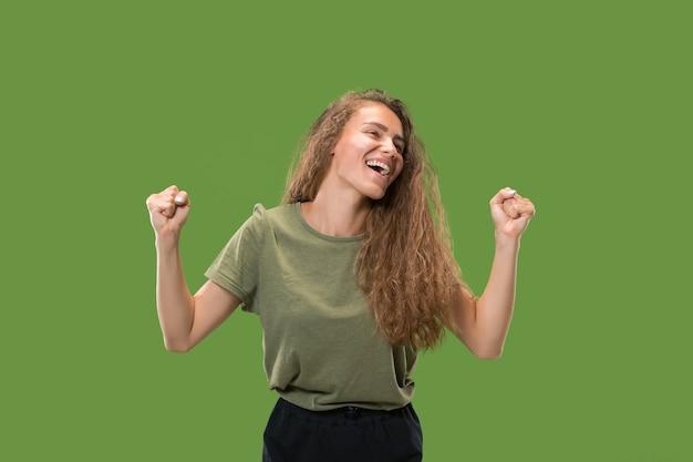 Выигрывая успех женщина счастлива восторженно празднует быть победителем.