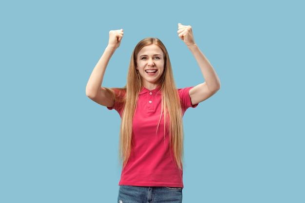 Vincere successo donna estatica felice celebrando di essere un vincitore