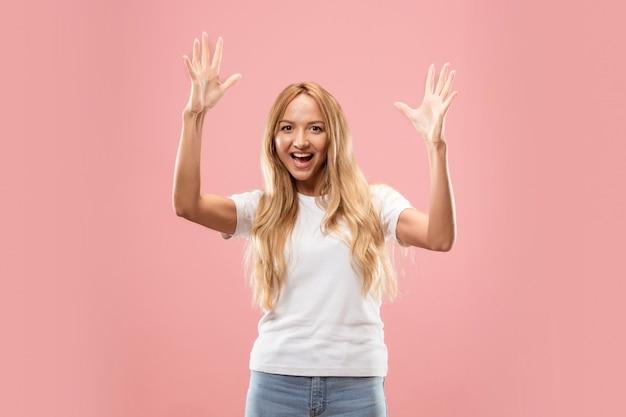 Vincere successo donna estatica felice celebrando di essere un vincitore.