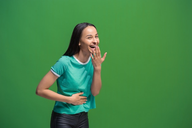 Donna di successo vincente felice estatico che celebra essere un vincitore.