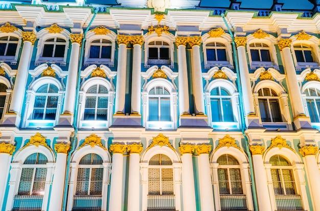 サンクトペテルブルクの夜のウィノウズ冬宮殿エルミタージュ。