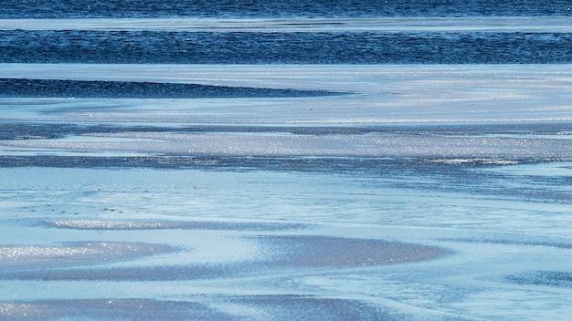川の水と氷と冬の抽象的な背景