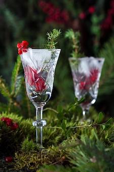 보드카, 얼음, 딸기를 곁들인 겨울 알코올 칵테일