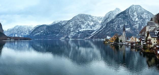 冬のアルプスのハルシュタットの町とハルシュタット湖の眺め(オーストリア)をご覧ください。パノラマ。