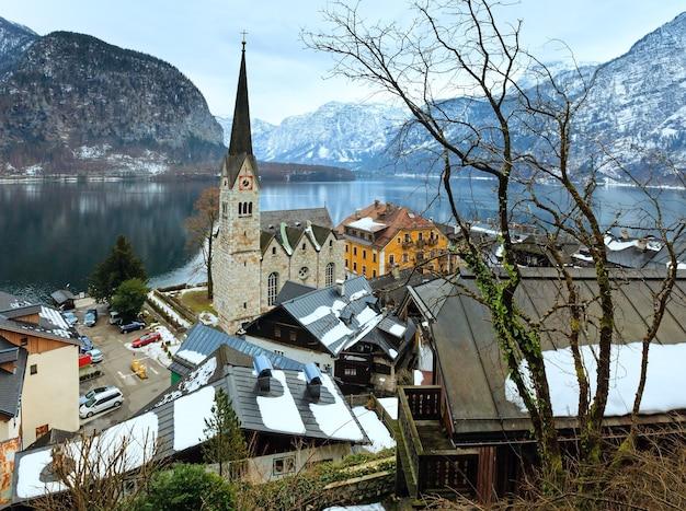 冬のアルプスのハルシュタットの町とハルシュタット湖の眺め(オーストリア)を見る