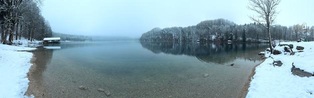 Зимняя панорама озера альпзее и замок хоэншвангау справа.