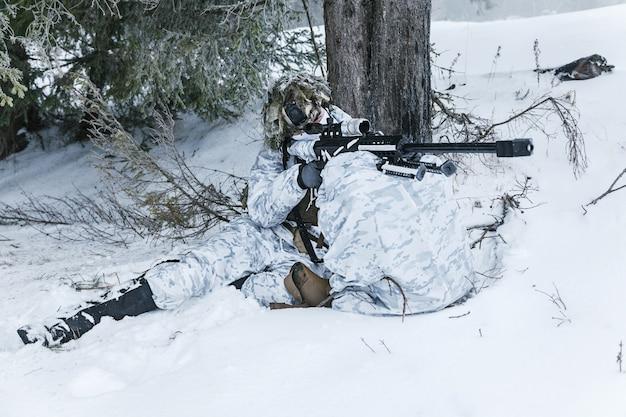 冬の北極山脈の狙撃兵