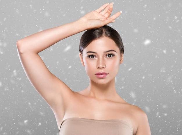 Женщина концепции депиляции кожи женщины подмышки зимы здоровая рука вверх. цветной фон. студийный снимок.