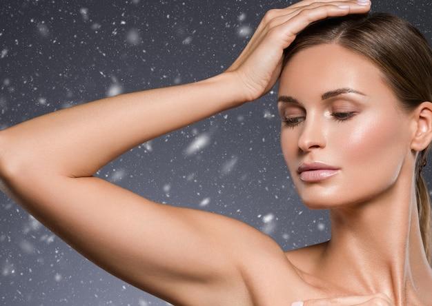 Зимние подмышки женщина руки вверх по красоте. студийный снимок.