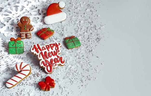 Зимний фон с украшенными глазурью имбирными пряниками, снежинками и видом сверху конфетти. с новым годом и рождеством концепция.