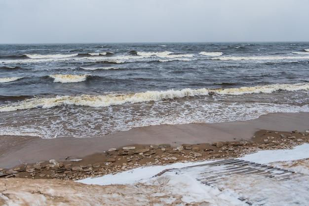 ラトビアのサウルクラスチにある冬のバルト海の砂丘