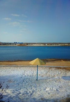Зимний пляж с зонтиком пейзажный фон hd
