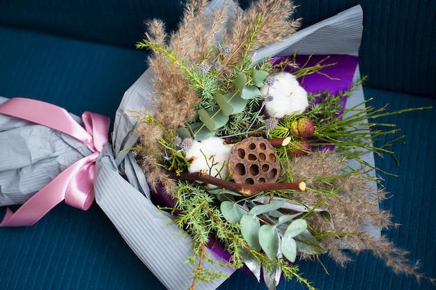 Зимний красивый букет из хлопка. рождественский свадебный букет