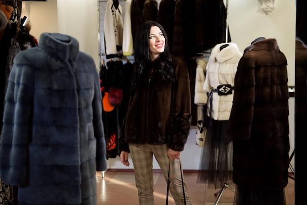 모피 코트에서 겨울 아름 다운 여자입니다. 모피 상점에서 뷰티 패션 모델 소녀입니다.