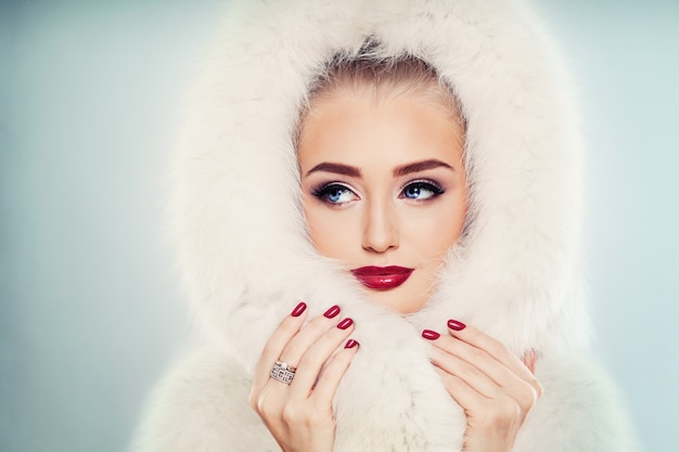 化粧顔のクローズアップとかわいい冬の女性の冬の美しさのファッションの肖像画