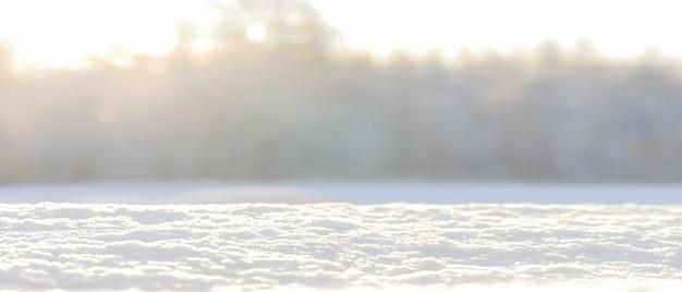 雪と冬のぼやけた背景。