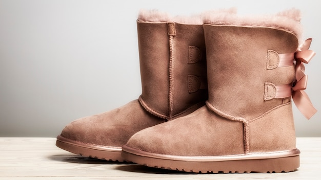 Winter brown felt boots with leather, with bows on a freebie .