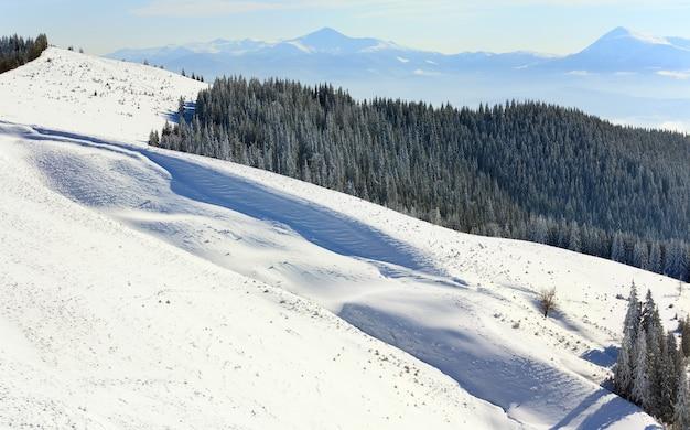 Зимний спокойный горный пейзаж (вид с горнолыжного курорта буковель (украина, гора довга) на говерлу)