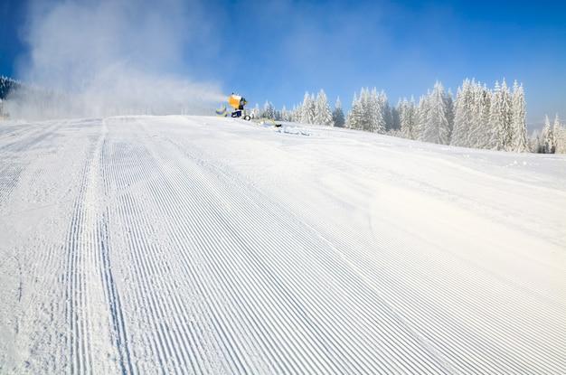 霧氷と雪に覆われたトウヒの木と冬の穏やかな山の風景