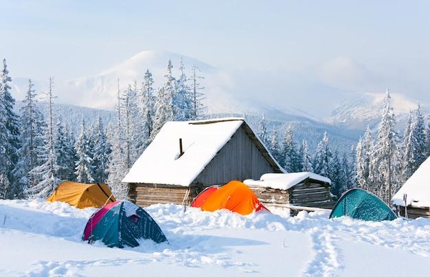 해명 및 관광 텐트 그룹이있는 겨울 진정 산 풍경