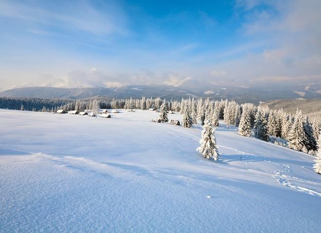 뒤에 해명 그룹과 산 능선과 겨울 진정 산 풍경