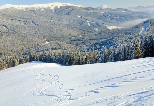 Зимний спокойный горный пейзаж с лыжными трассами (вид с горнолыжного курорта буковель (украина) на свидовецкий хребет)