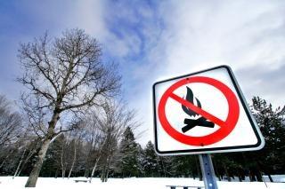 Зимой у костра предупреждающий знак снег