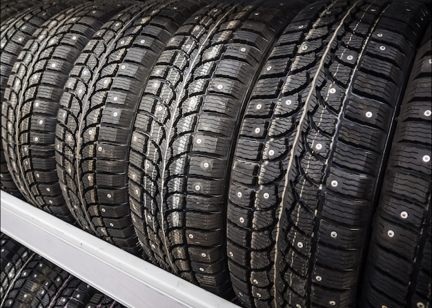 Зимние автомобильные шины с шипами в автомагазине.