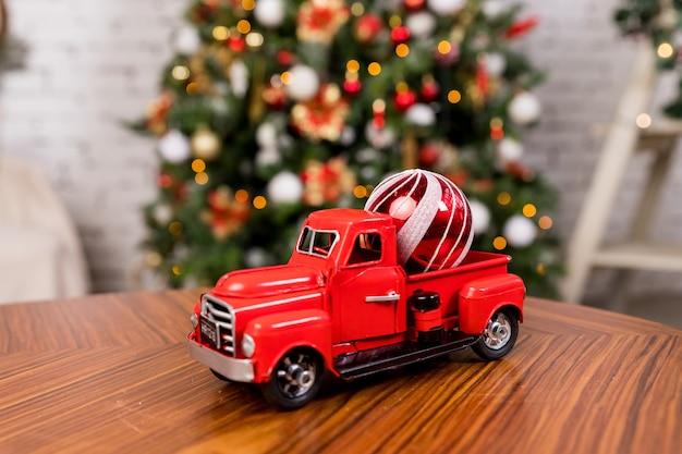 겨울, 장난감 자동차. 크리스마스 트리에 크리스마스 장난감을 들고 자동차