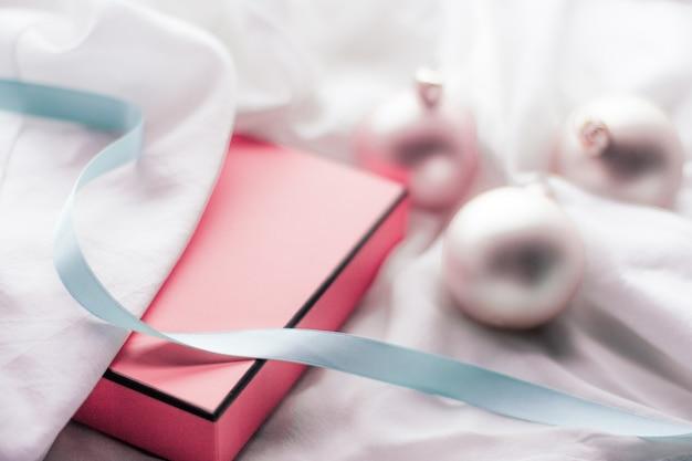 冬のお祝いと大晦日のコンセプトクリスマスの装飾と光沢のある雪のギフトボックス...