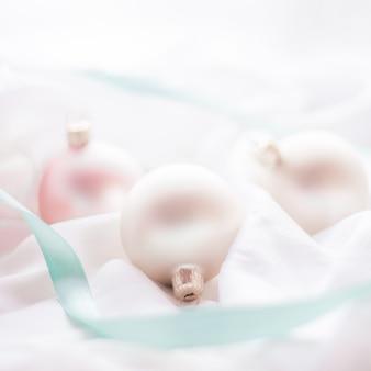 Празднование зимы и концепция кануна нового года рождественское украшение с блестящим снегом на шелковом фоне ...