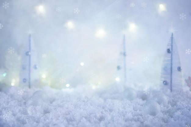 冬のクリスマスの背景。雪に覆われたおもちゃのモミの木とコピースペースのメリークリスマスグリーティングカード。クリスマスの凍るような風景