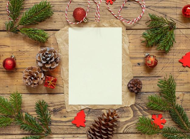 Зимняя рождественская композиция с пустой картой над деревянным столом