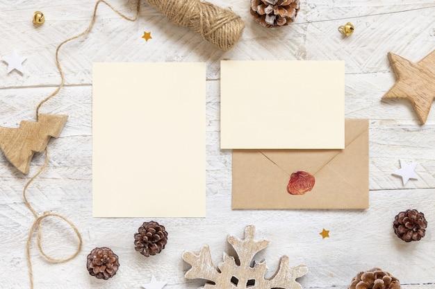 Зимняя рождественская композиция с открытками и запечатанным конвертом.