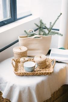 Зимний новогодний декор кружка, плетеные баночки, еловые ветки в плетеной соломенной сумке