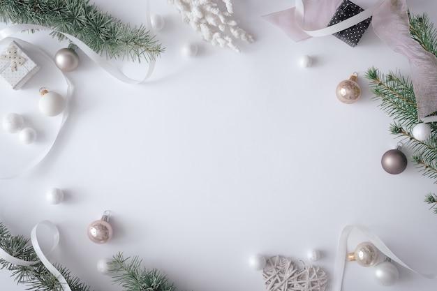 Зимний рождественский стол с новогодним украшением на пастельно-сером фоне. минимальная концепция природы. плоская композиция вид сверху.