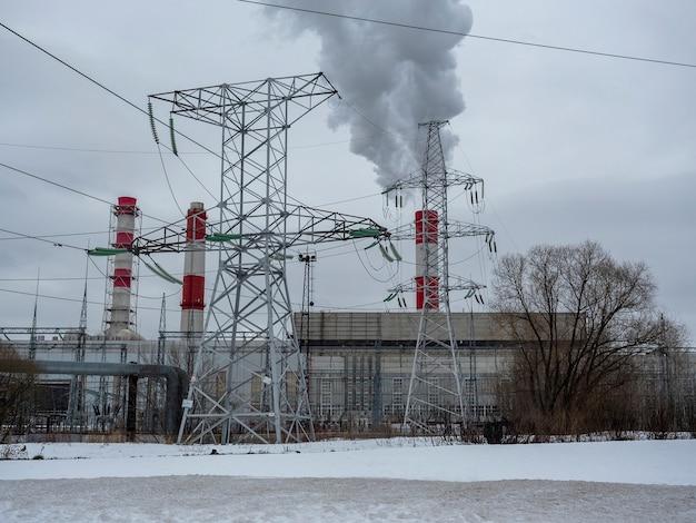 冬の街の風景。火力発電所の喫煙パイプ。スチームクラブ、電線。環境汚染