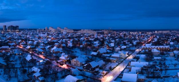 겨울 풍경. 교외의 조명 거리와 코티지.