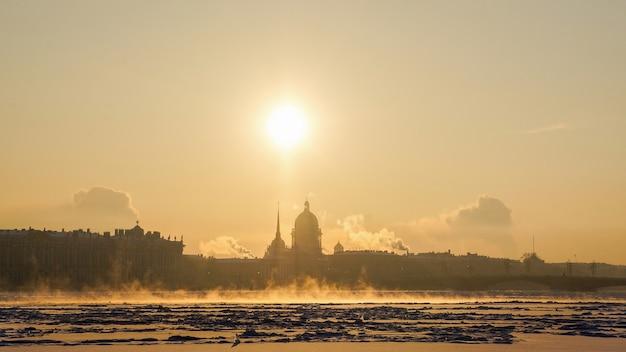 太陽、霜、霧のある冬の街並み。セントピーターズバーグ。