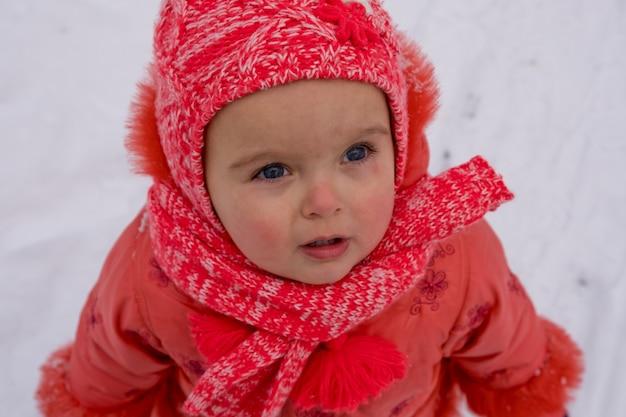 冬は愛らしい女の赤ちゃんの屋外の肖像画を閉じます。閉じる。
